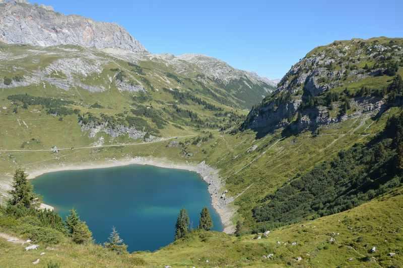 Wunderbare Bergseen Wanderung in den Alpen