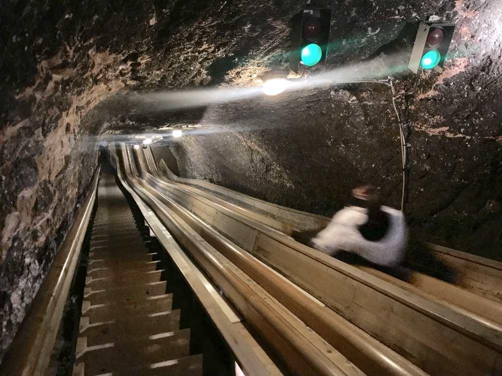 27 Meter und 42 Meter lang sind die beiden Rutschen im Salzbergwerk bei Salzburg. Der Blick von oben...