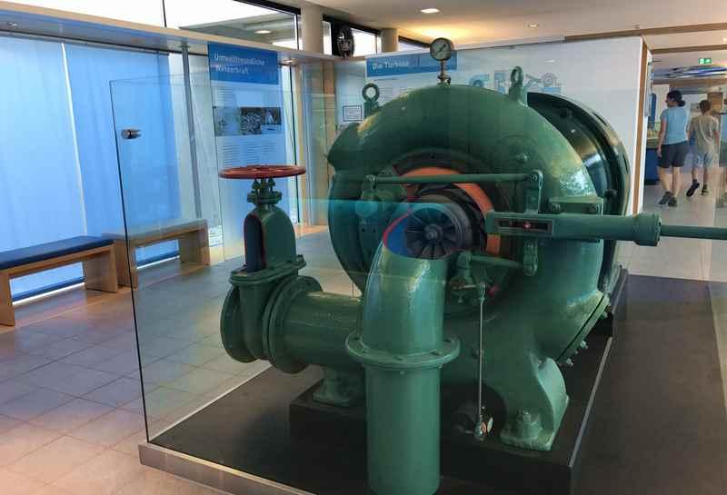 Im Walchenseekraftwerk Informationszentrum nebenan wird die Funktionsweise der Turbine und des gesamten Kraftwerks erklärt