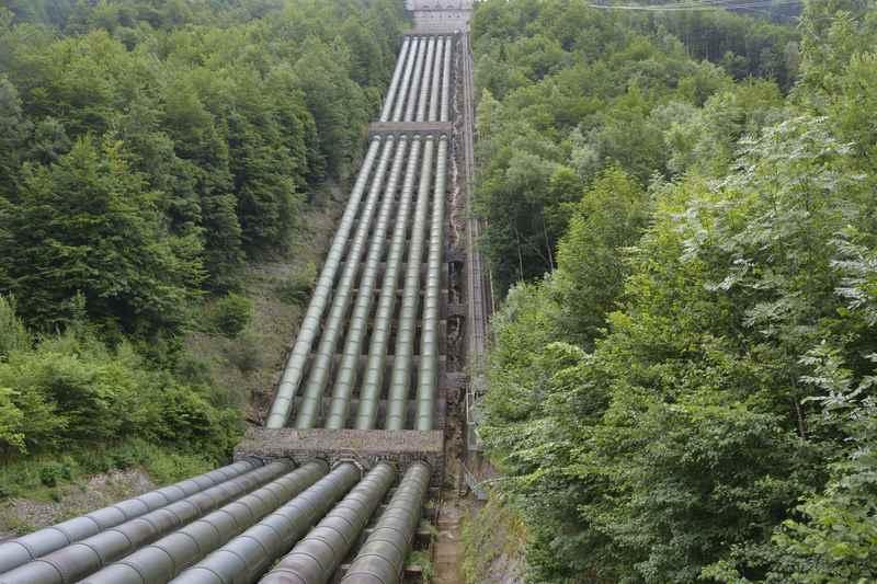 Die großen Röhren beim Walchenseekraftwerk - durch sie fließt das Wasser zur Stromerzeugung