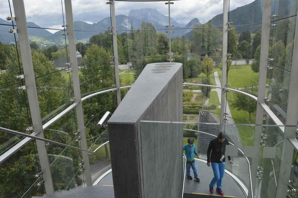 Über das gläserne Treppenhaus mit Blick auf das Gesäuse kommen wir zur modernen Kunst