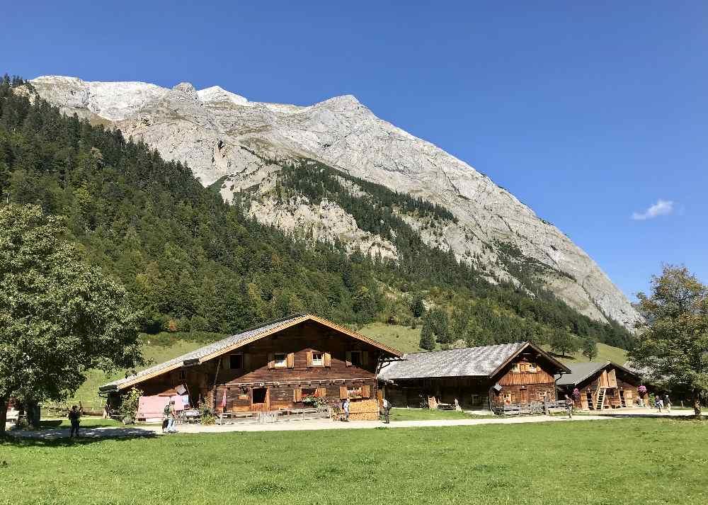 Von diesen Hütten der Engalm geht es hinauf zur Binsalm im Karwendelgebirge