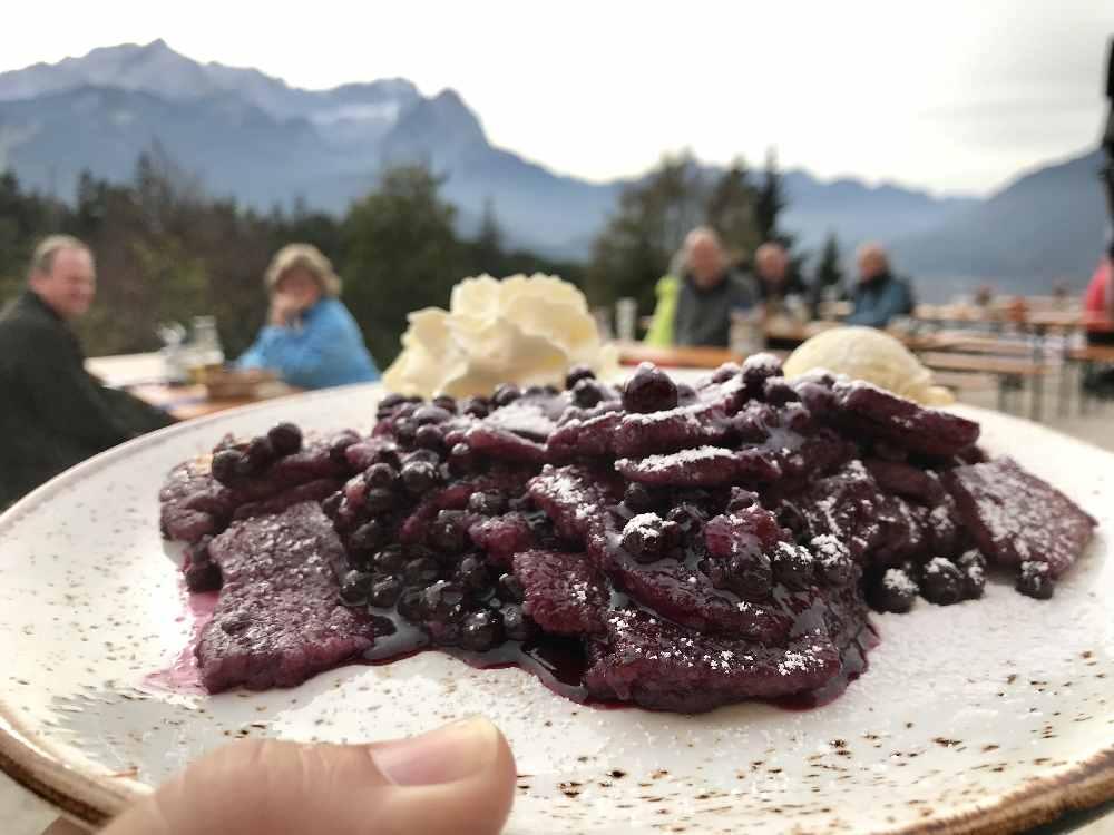 Kein Kaiserschmarrn, sondern ein Blaubeerschmarrn - auf der Speisekarte der Tannenhütte