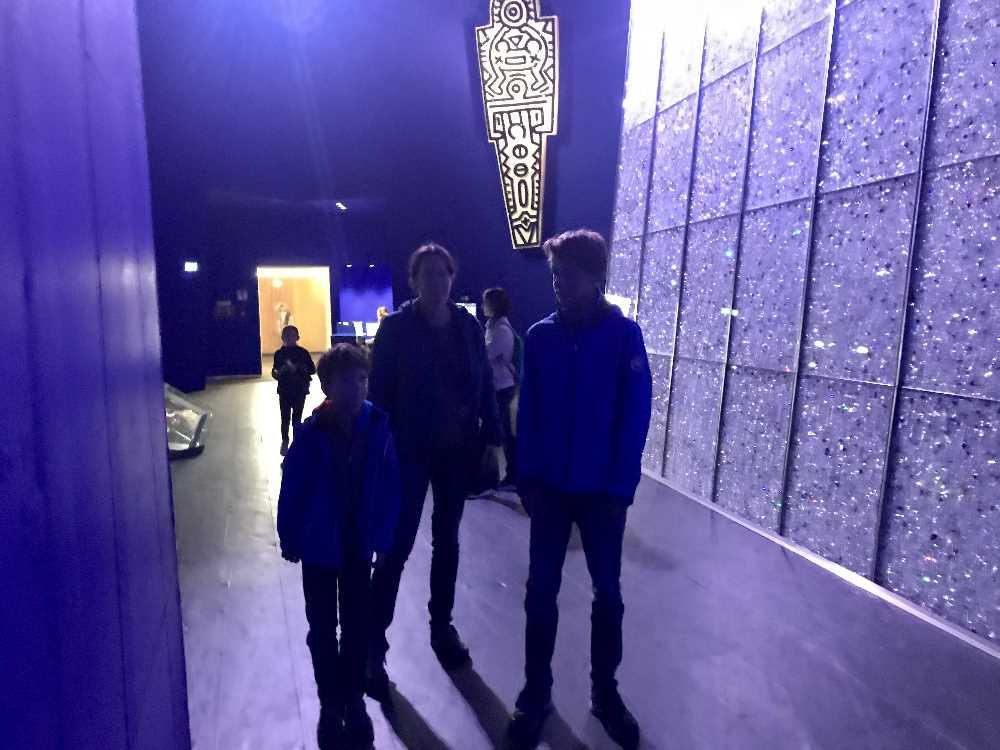 Die erste Inszenierung ist die Blaue Halle mit der 40 Meter hohen Wand voll von Kristallen
