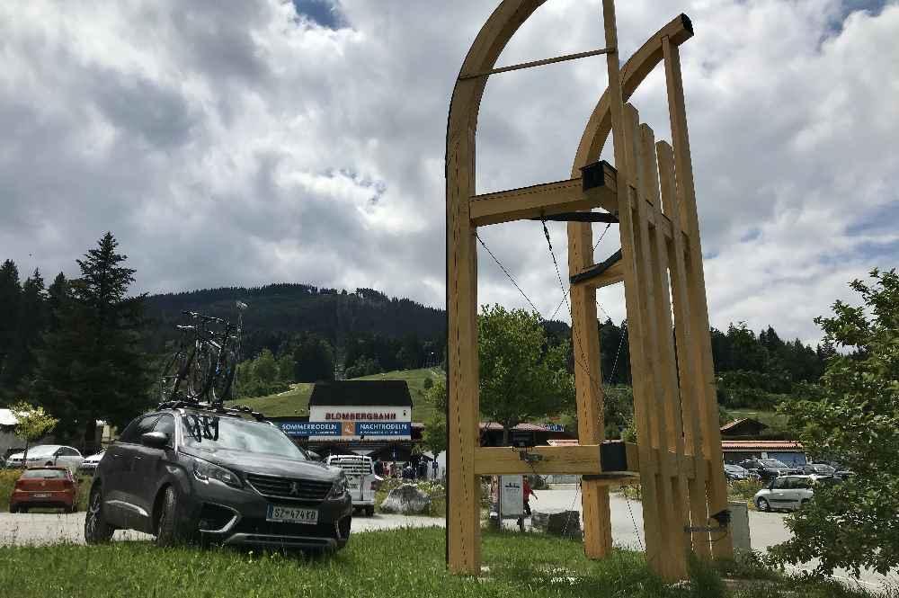 Leicht zu finden: Der Parkplatz bei der Blombergbahn mit dem riesigen Rodel oder Schlitten.