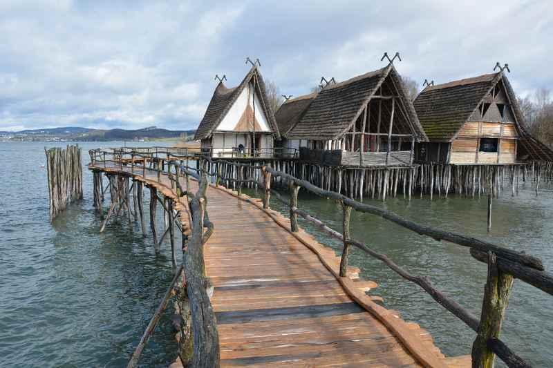 Der Bodensee - ein Top - Ausflug mit Kindern in Deutschland, hier die bekannten Pfahlbauten