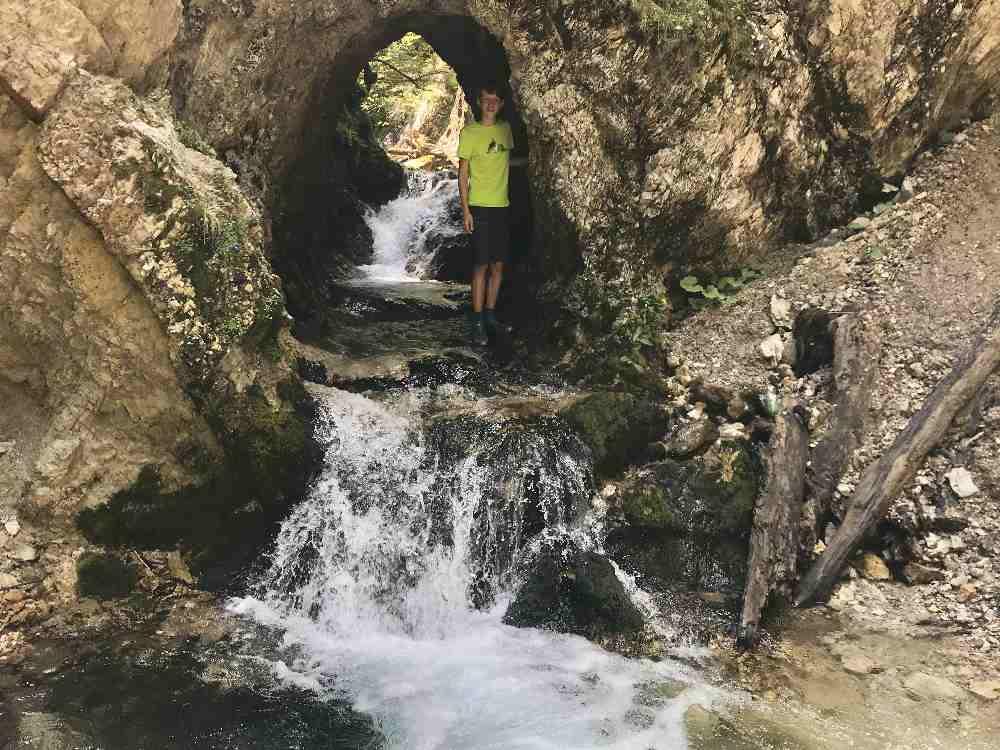 Gewaltig: Das Wasser hat sich in den Felsen dieses Tor gefressen!