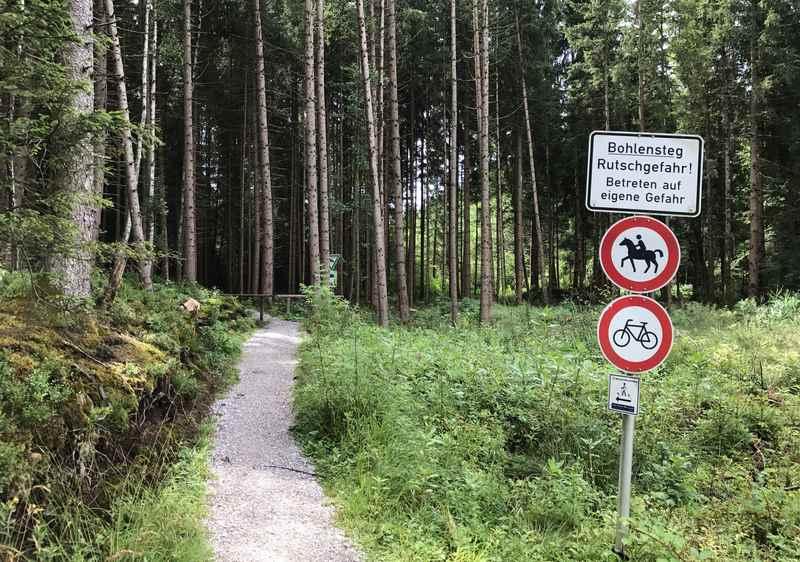 Der Einstieg in den Bohlenweg im bayerischen Murnau
