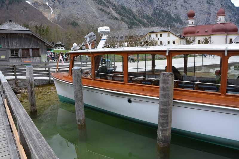 Eines der Boote am Königssee - es verkehren nur Elektroboote für den Personenverkehr