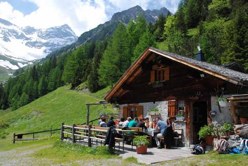 Wandern Vorarlberg mit Kindern - Einkehren auf einer Hütte im Zalimtal