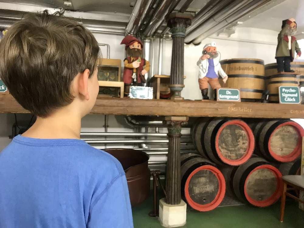 Die Zwerge erzählen bei der Brauereiführung den Kindern vom Brauen