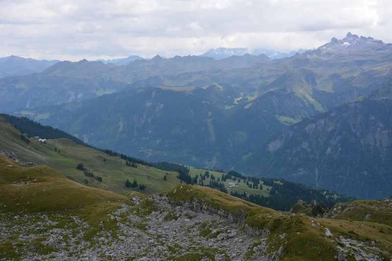Viel Panorama auf die Berge des Glarnerland beim Wandern in Braunwald am Bützi