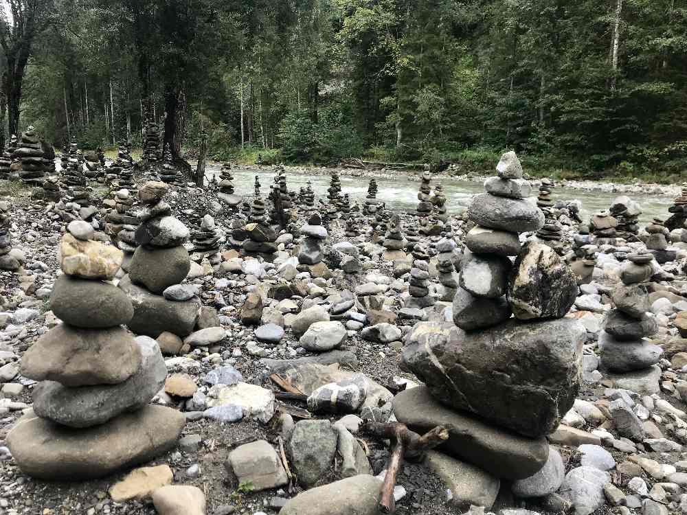 Das gefällt mir: Ganz viele Steinmandln zieren das Ufer der Breitach