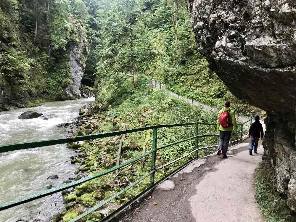 Wandern mit Kinderwagen Vorarlberg: Von der einen Seite kannst du in die Breitachklamm mit Kinderwagen