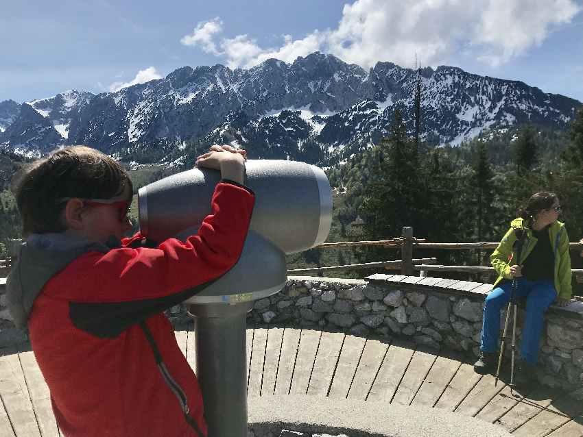 Am Brentenjoch ist dieses Fernrohr die Attraktion für alle Kinder - sie bekommen eine kostenlose Erklärung der Berggipfel