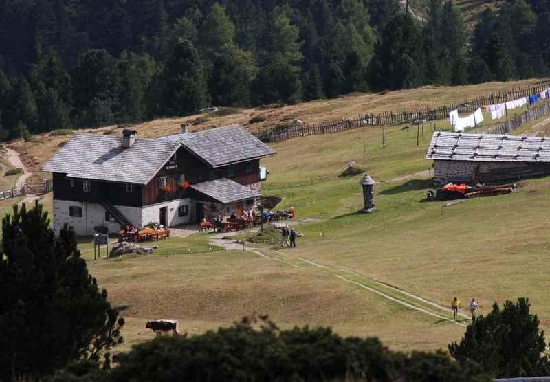 Die Brogles Hütte unterhalb der imposanten Geislerspitzen in den Dolomiten