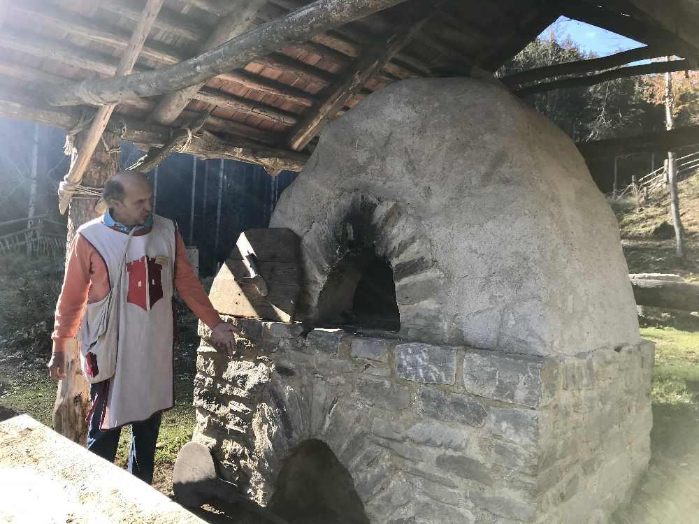 Heimo zeigt uns den Brot Backofen - der auch schon genutzt wurde