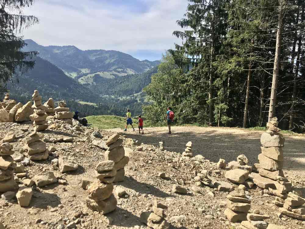 Buchenegger Wasserfälle Wanderung: An den vielen Steinmandeln führt uns der breite Weg vom Gipfel in Richtung Bärenschwandalpe