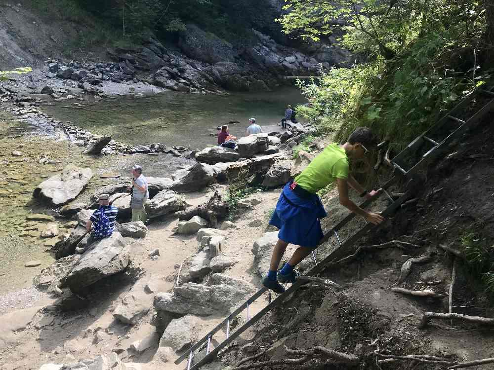 Die letzten Meter zum Wasserfall - über eine Leiter steigen wir an die Weißach