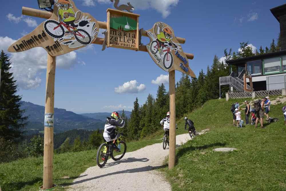 Oben sehen wir die Mountainbiker, bevor sie auf dem Trail hinunter brettern. Es gibt einen extra Biketrail für Familien mit Kindern.