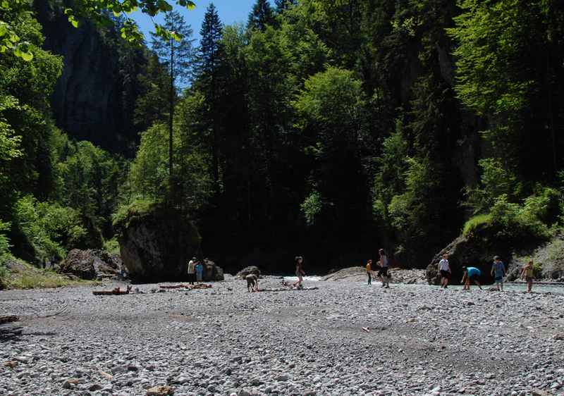 Im vorderen Bereich der Bürser Schlucht ist das Bachbett breit - ein Abenteuerspielplatz der Natur für Kinder