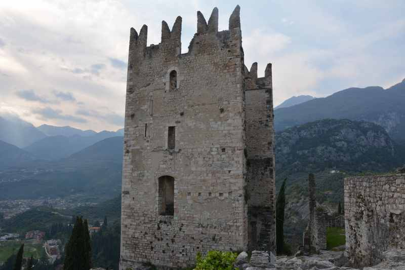 Der markante Turm der Burg Arco in unserem Familienurlaub Gardasee