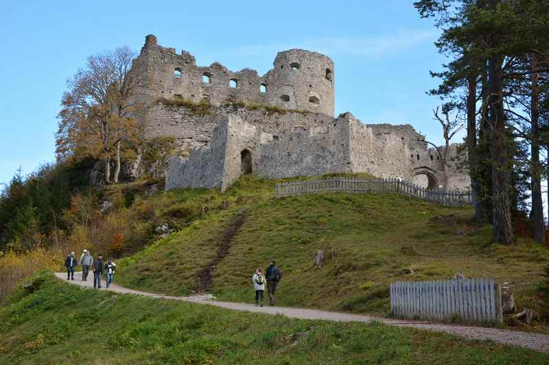 Vom Parkplatz wandern wir hinauf zur Burg Ehrenberg, dem Start der Hängebrücke in Reutte