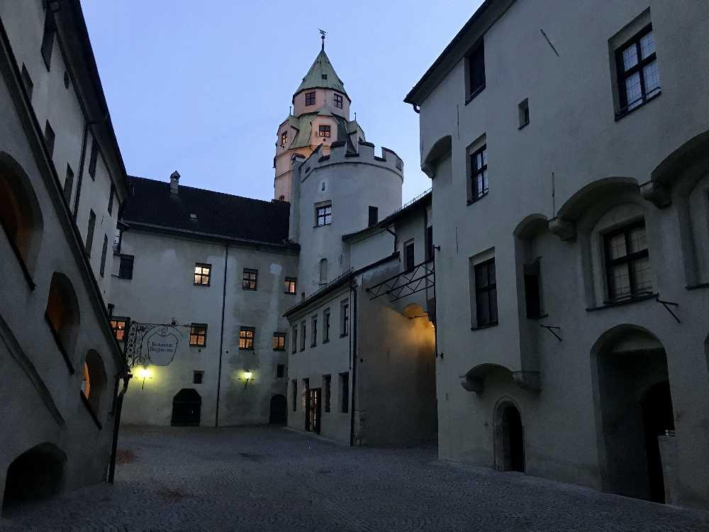 Eine der Sehenswürdigkeiten in Hall in Tirol - der Turm der Burg Hasegg
