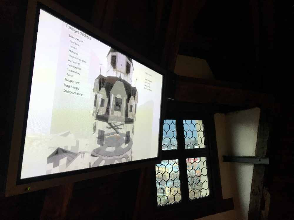 Über den großen Bildschirm an der Wand kannst du den Burgturm erforschen