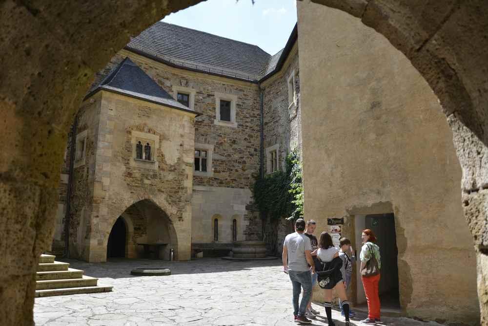 Der Innnehof in der Oberburg von Burg Lockenhaus