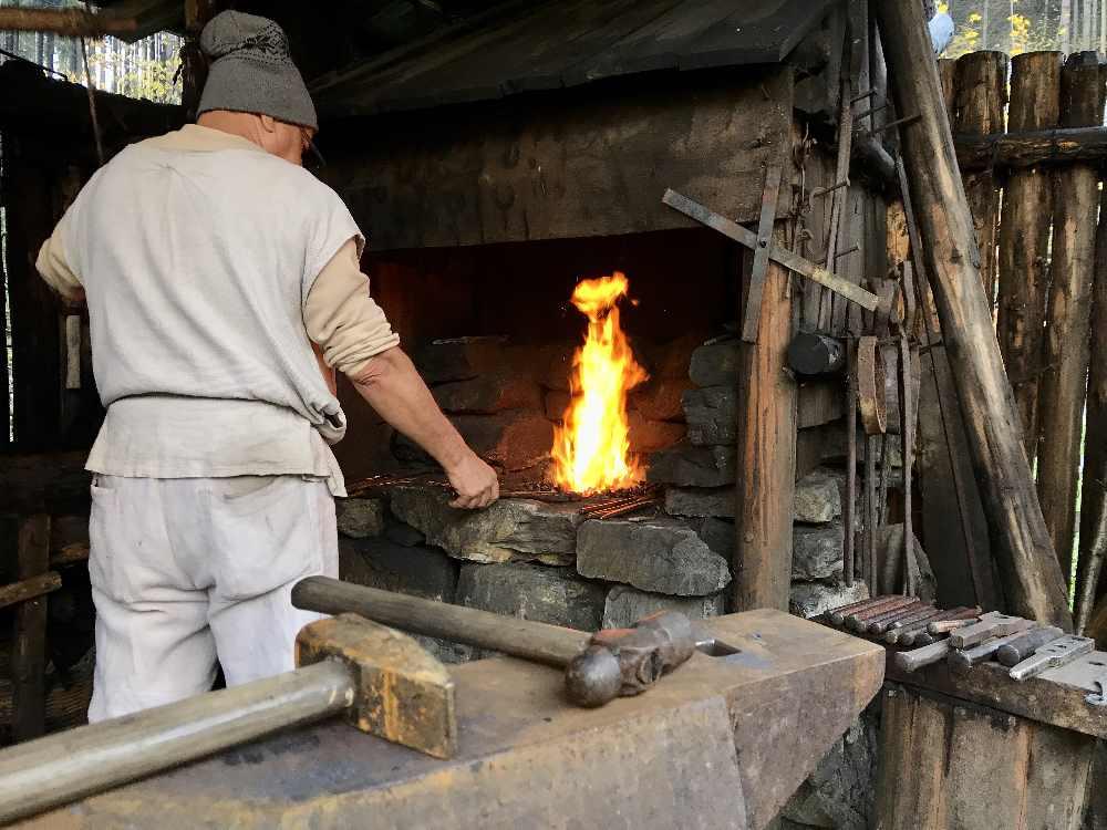 Burgbau Friesach: In der Schmiede - Hütte stellt der Schmied die Nägel für die Burg von Hand her