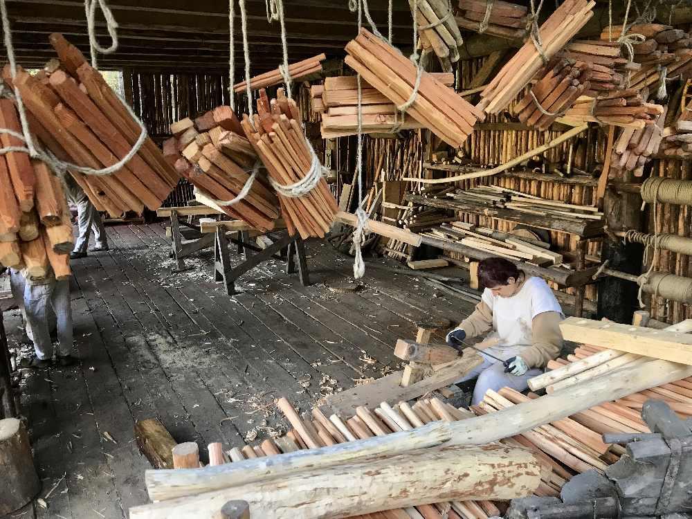 Burgbau Friesach: In der Holzwerkstatt werden Schindeln aus Lärchenholz, Holznägel und weitere Holzerzeugnisse wie früher hergestellt