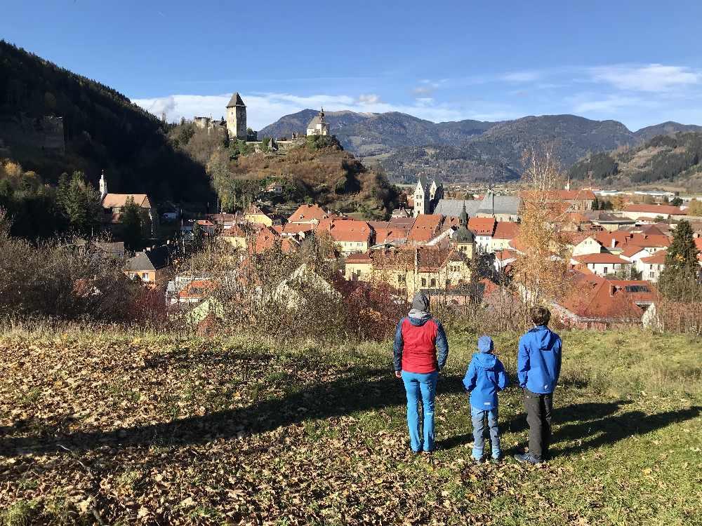 Die Burgenwanderung in Kärnten auf dem Burgenwanderweg mit Aussicht über Friesach