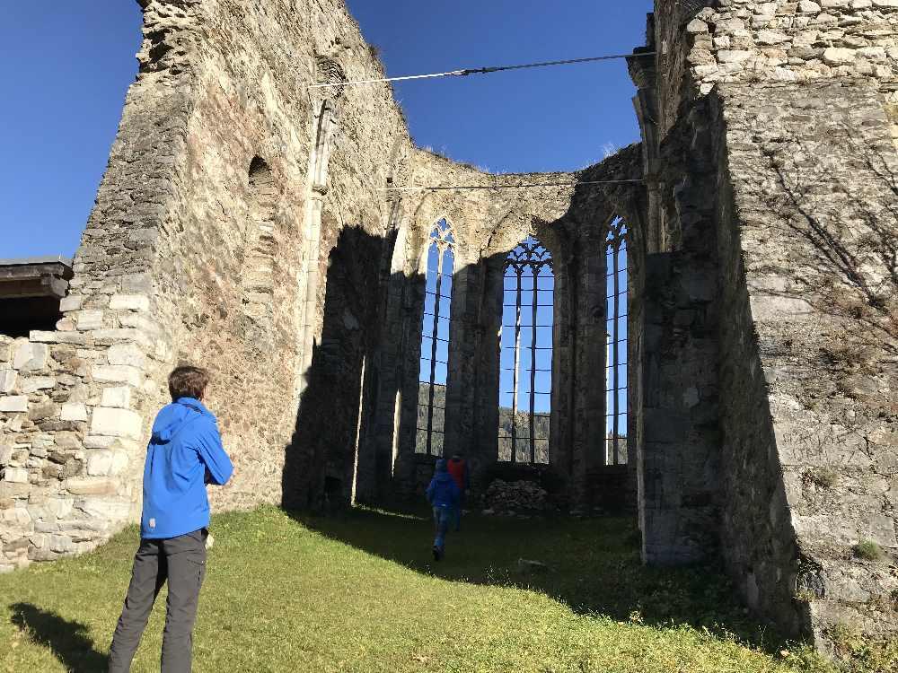 Herbsturlaub mit Kindern: Eine der Ruinen auf dem Burgenwanderweg in Kärnten - früher mal eine Kirche!