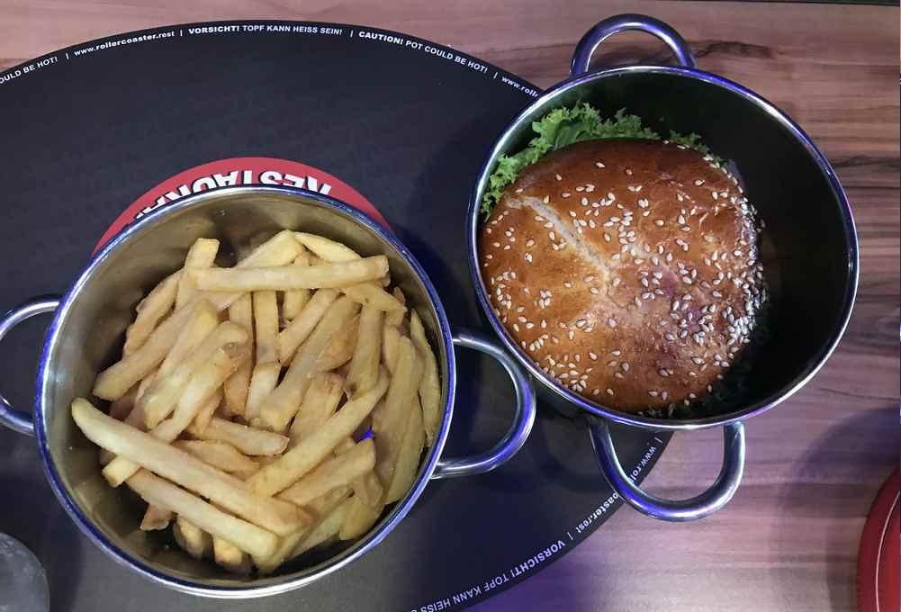 Rollercoaster Restaurant Wien : So kommen unsere Burger auf den Tisch: Im Topf.