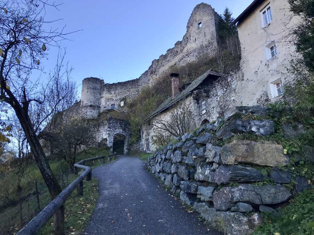 Jetzt im Oktober liegt die Burgruine Petersberg leider schon im Schatten, schöne Wanderung in Kärnten mit Kindern