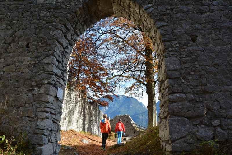 Sehr interessant für Kinder: Die Eroberung der Burgruine Werdenfels oberhalb von Garmisch Partenkirchen