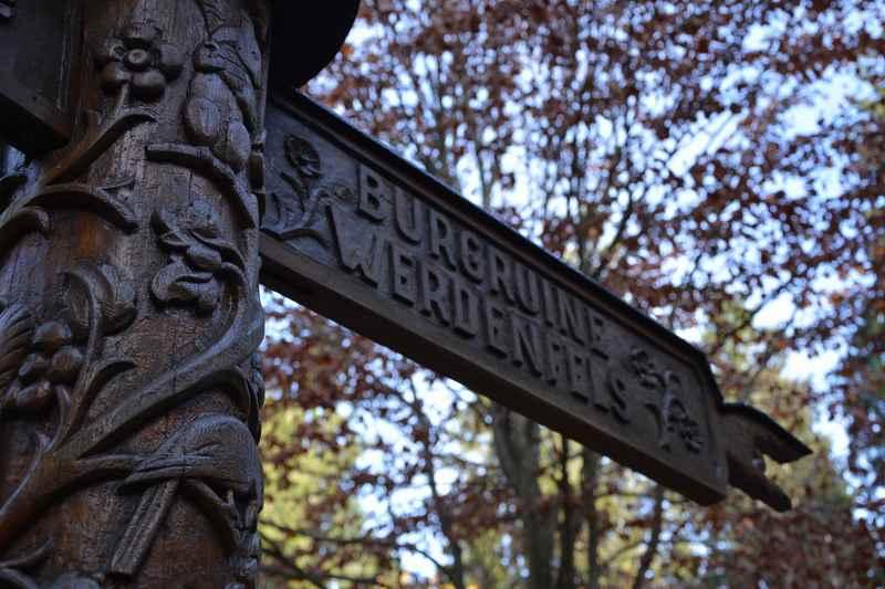 Hier geht es zur Burgruine Werdenfels - ein tolles Schild, ansonsten eher schwache Beschilderung der Wanderwege, besser Wanderkarte mitnehmen!