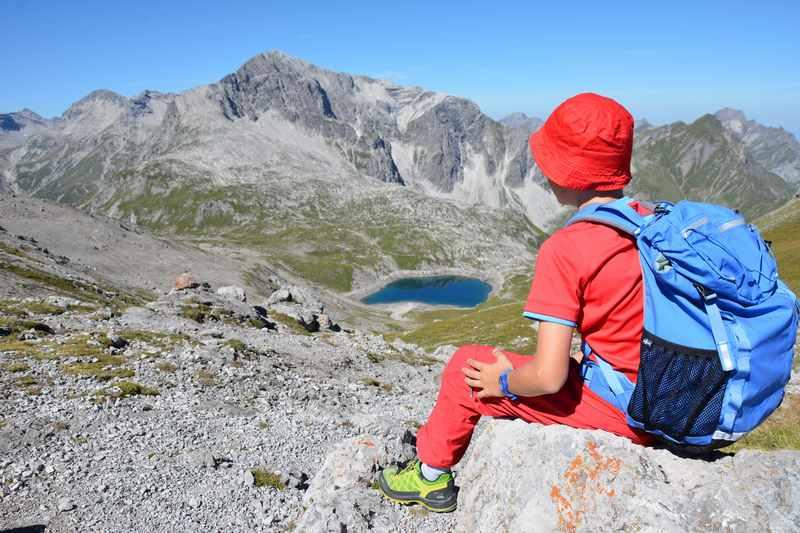 Der Blick auf den schönen Butzensee am Arlberg - eine Familienwanderung führt direkt zum See