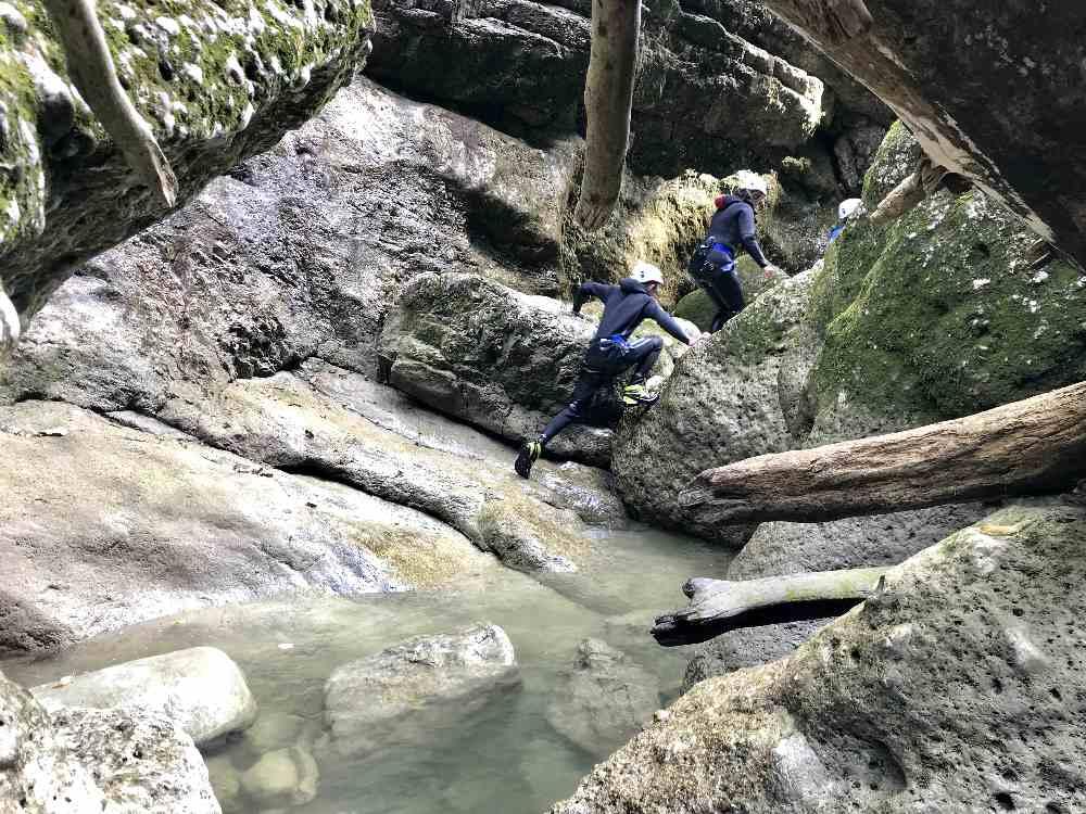 Durch die Felsen führt die Almbachklamm Canyoningtour zurück