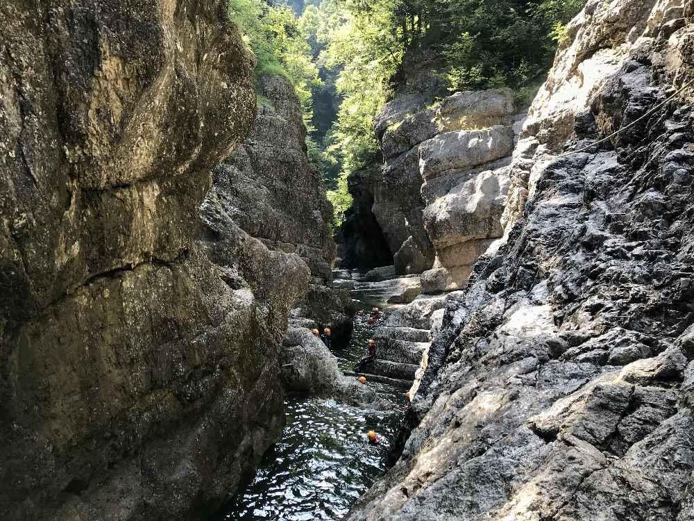 ... oder mit den hütteneigenen Guides im Familienurlaub Österreich zum Canyoning gehen!