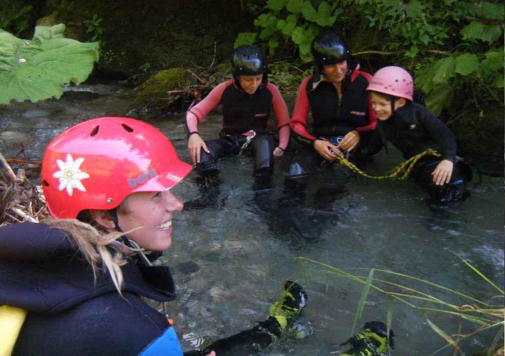 Eingewöhnen zum Canyoning: Wie lässt man sich richtig im Wasser bergab treiben?