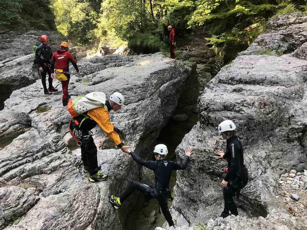 Zwischendurch müssen wir auch über die Felsen klettern - Dank Guide schaffen wir es alle problemlos