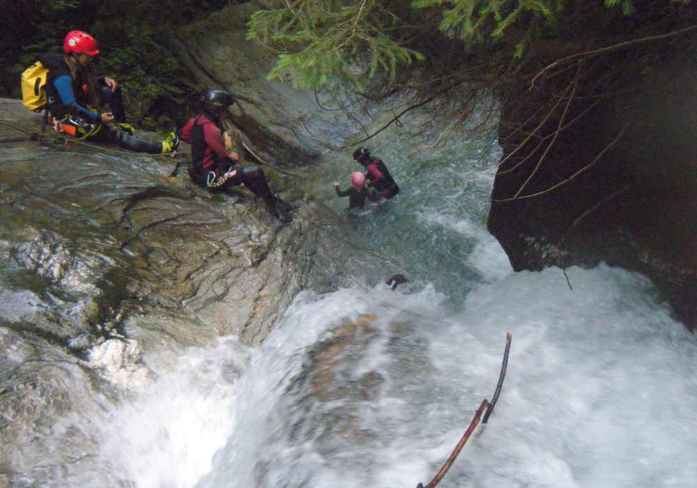 Über die Felsen mit dem Wasserfall hinunter rutschen - cool für Teenager!