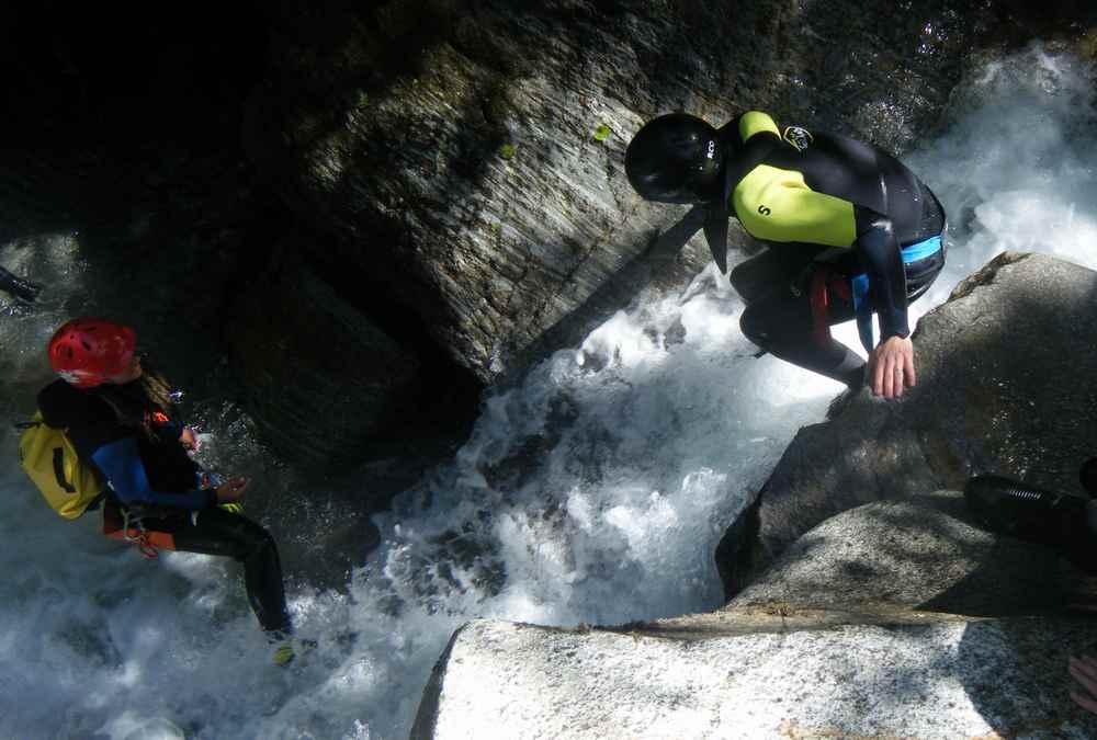 Danach mutiger im Wasserfall nach unten rutschen