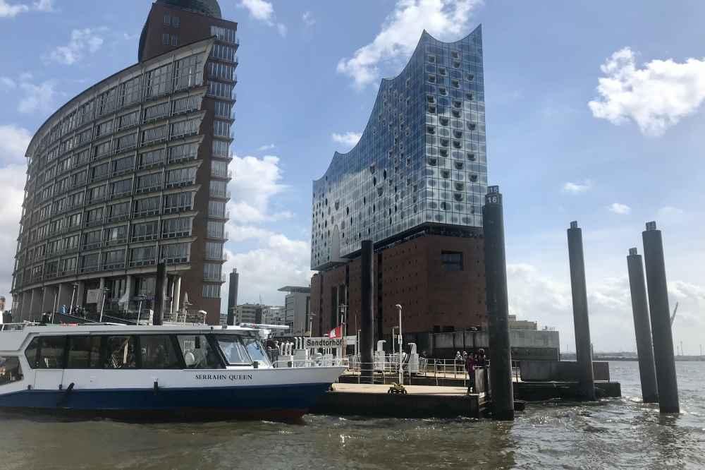 Das gehört zu einem Familienurlaub in Hamburg dazu: Eine Hafenrundfahrt mit dem Schiff, geht auch sehr günstig!