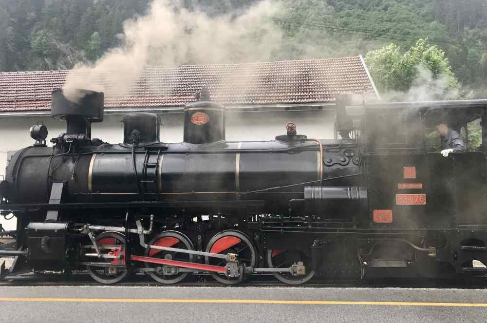 Zillertalbahn: Am Bahnhof in Mayrhofen steht schon die Lokomotive des Dampfzugs
