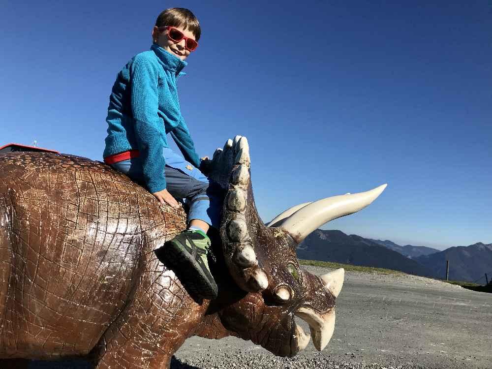 Am Eingang vom Triassic Park gibt es einen Dino zu besteigen - für die Kinder der Eintritt ins Abenteuerland am Berg