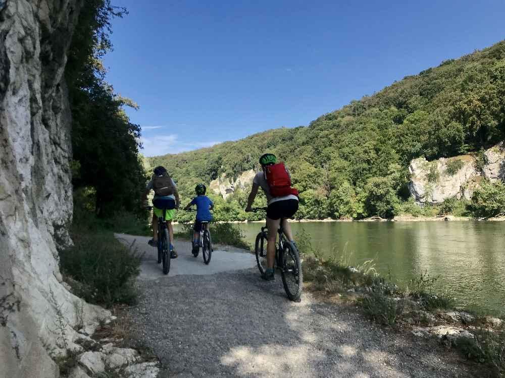 An der Donau radfahren mit Kindern in Richtung Kelheim