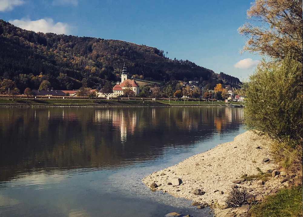 An der Donau wandern mit Kinderwagen - oder hinauf zur Ruine?